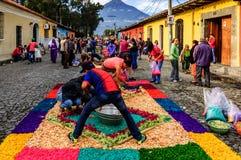 Fabbricazione dei tappeti di processionale di venerdì santo, l'Antigua, Guatemala Fotografia Stock Libera da Diritti