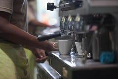 fabbricazione del caffè espresso Fotografia Stock