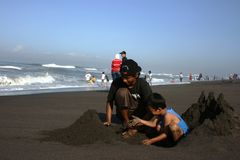 Fabbricazione del castello di sabbia Fotografie Stock Libere da Diritti