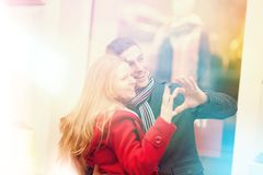 Fabbricazione del cervo maschio con le dita Giovani coppie felici che celebrano Valenti fotografie stock libere da diritti