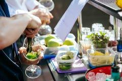 Fabbricazione del cocktail di Mojito Fotografia Stock Libera da Diritti