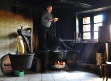 Fabbricazione del formaggio tradizionale nelle alpi italiane Fotografia Stock Libera da Diritti