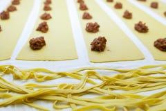 Fabbricazione del grandi italiano saporito dei ravioli, proces graduali Immagini Stock Libere da Diritti