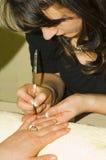 Fabbricazione del manicure francese del chiodo Immagini Stock