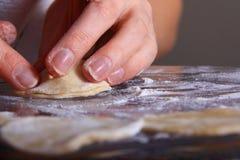 Fabbricazione del manti dei ravioli Fotografie Stock