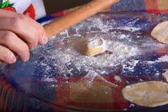 Fabbricazione del manti dei ravioli Fotografie Stock Libere da Diritti