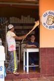 Fabbricazione del Melcocha in Banos, l'Ecuador Immagine Stock