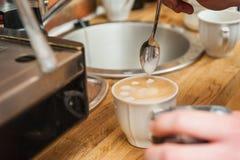 Fabbricazione del modello in una tazza di caffè Fotografie Stock Libere da Diritti