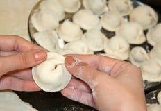Fabbricazione del Pelmeni. Cottura domestica. Fotografia Stock