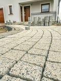 Fabbricazione del percorso della pavimentazione nell'iarda anteriore della casa Fotografia Stock Libera da Diritti