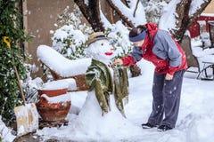 Fabbricazione del pupazzo di neve Fotografia Stock Libera da Diritti