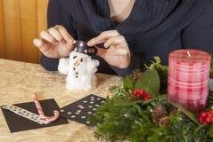 Fabbricazione del pupazzo di neve dell'ovatta Immagini Stock