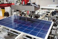 Fabbricazione del sistema del pannello solare in fabbrica Concetto di industria immagini stock