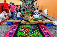 Fabbricazione del tappeto di processionale di settimana santa, l'Antigua, Guatemala Fotografia Stock Libera da Diritti
