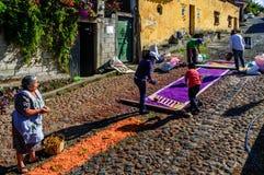 Fabbricazione del tappeto di settimana santa, San Juan del Obispo, Guatemala Immagini Stock