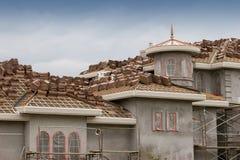Fabbricazione del tetto di mattonelle dell'argilla Fotografia Stock Libera da Diritti