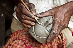 Fabbricazione dell'idolo dell'argilla Immagini Stock