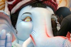 Fabbricazione dell'idolo di Ganesha per il festival indù Immagini Stock