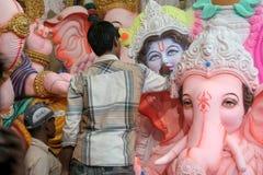 Fabbricazione dell'idolo di Ganesha per il festival indù Fotografia Stock Libera da Diritti