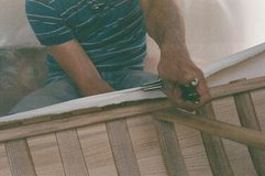 Fabbricazione della canoa della tela, allungamento di tela su una canoa immagine stock