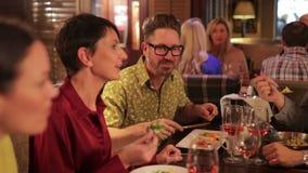 Fabbricazione della conversazione alla cena stock footage