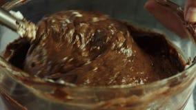 Fabbricazione della crema per la mousse di cioccolato con gelatina arancio stock footage