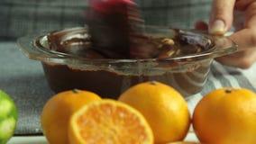 Fabbricazione della crema per la mousse di cioccolato con gelatina arancio archivi video