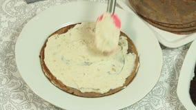 Fabbricazione della crema per la ricetta del dolce del cr?pe video d archivio