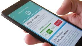 Fabbricazione della donazione di carità all'organizzazione educativa facendo uso di Smartphone App video d archivio