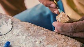 Fabbricazione della figurina di pietra miniatura officina in Cambogia, Siem Reap video d archivio