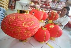 Fabbricazione della lanterna di carta per il nuovo anno lunare Fotografia Stock