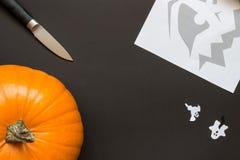 Fabbricazione della lanterna di Jack O per Halloween Fotografia Stock