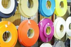 Fabbricazione della mobilia, di nastri di plastica colorati multi - materie prime fotografia stock libera da diritti