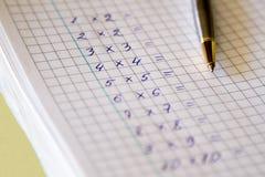 Fabbricazione della moltiplicazione con una penna Immagine Stock Libera da Diritti