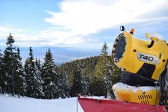 Fabbricazione della neve in Poiana immagini stock libere da diritti