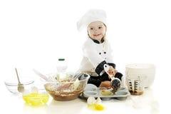Fabbricazione della sua prima torta Fotografia Stock