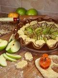 Fabbricazione della torta della mela Immagine Stock