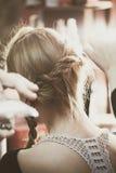 Fabbricazione della treccia dei capelli nello studio dei capelli immagini stock
