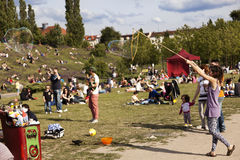 Fabbricazione delle bolle di sapone a Mauerpark Immagine Stock
