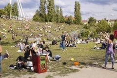Fabbricazione delle bolle di sapone a Mauerpark Fotografia Stock Libera da Diritti