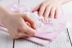 Fabbricazione delle decorazioni della tavola Un colpo della donna che cuce una tovaglia di tela beige naturale, gli asciugamani e Fotografie Stock Libere da Diritti