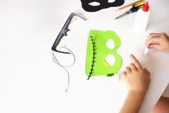 Fabbricazione delle maschere dalla carta per la festa Halloween dalla carta Maschera del ` s di Frankinstein e gatto nero Fotografia Stock Libera da Diritti