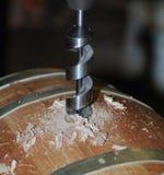 Fabbricazione di barilotti di legno nella fabbrica Fotografia Stock