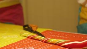 Fabbricazione di caramelle del caramello, primo piano di produrre le caramelle lunghe Uomo che produce una caramella dolce stock footage