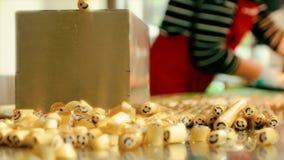 Fabbricazione di caramelle del caramello, tagliente le caramelle del caramello stock footage