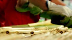 Fabbricazione di caramelle del caramello, tagliente le caramelle del caramello video d archivio