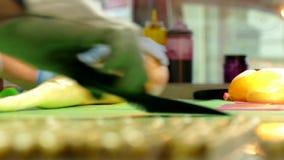 Fabbricazione di caramelle del caramello, tagliente le caramelle del caramello archivi video