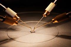 Fabbricazione di chip su un circuito stampato sotto un microscopio Immagini Stock Libere da Diritti