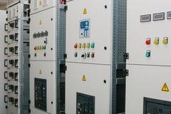 Fabbricazione di gabinetti a bassa tensione Tecnologie astute moderne nel settore produzione energia elettrico L'uso di elettrico immagini stock libere da diritti