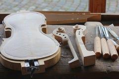 Fabbricazione di nuovo violino Fotografie Stock Libere da Diritti